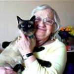Une résidente avec son chat dans sa chambre à l'EHPAD 26