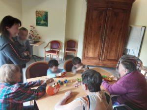 Partage intergénérationnel autour d'activités montessori EHPAD Les Monts du Matin